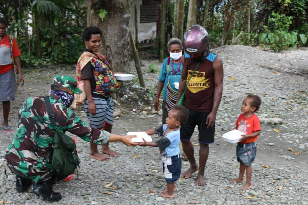 Lanud Yohanis Kapiyau Bagi-Bagi Nasi Box Untuk Masyarakat Yang Terdampak Covid-19