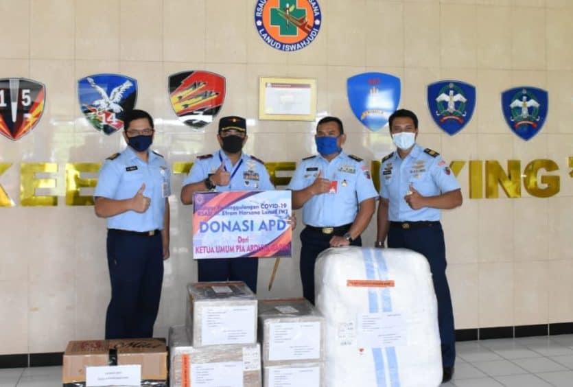 Dharma Pertiwi, PIA AG dan Ibu-ibu Paguyuban Iswahjudi Serahkan Bantuan APD dan Dana untuk RSAU Dr. EH Lanud Iswahjudi