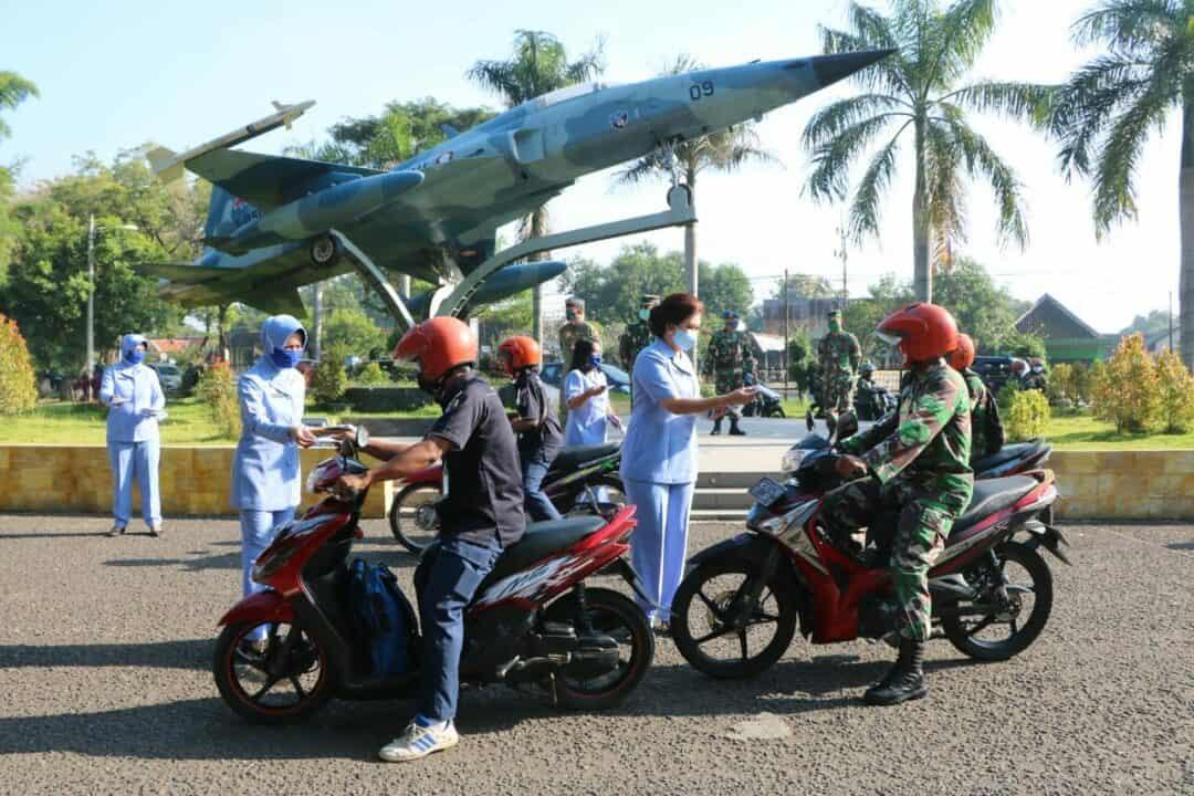 Pembuatan 1.000 Lebih Masker dan 20 Jerigen Hand Sanitizer oleh PIA AG Lanud Iswahjudi dan Membagikannya ke Anggota Lanud Iswahjudi, Insub dan Warga Masyarakat