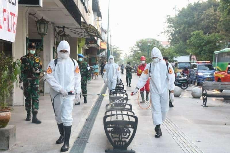 Putus Penyebaran Covid-19, Taruna AAU Lakukan Penyemprotan Disinfektan di Kawasan Malioboro