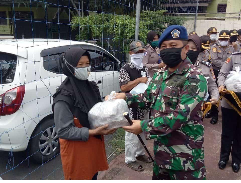 Komandan Lanud Sugiri Sukani Turut Serta Dalam Kegiatan Bakti Sosial Pembagian Sembako di Wilayah Kota Cirebon