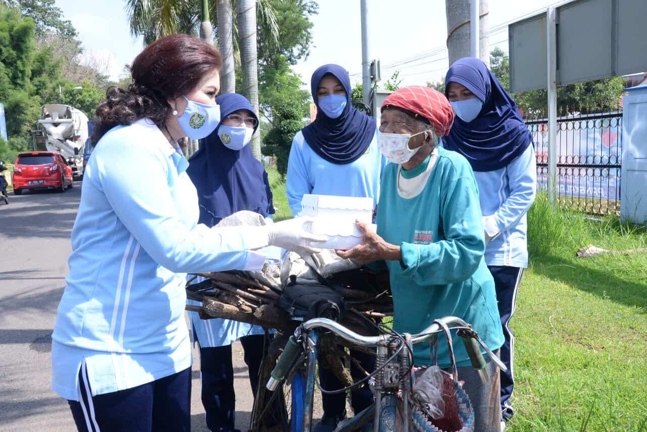 Peduli Masyarakat Kecil Terdampak Covid-19, PIA AG Bakorcab Madiun Bagikan Makanan Gratis