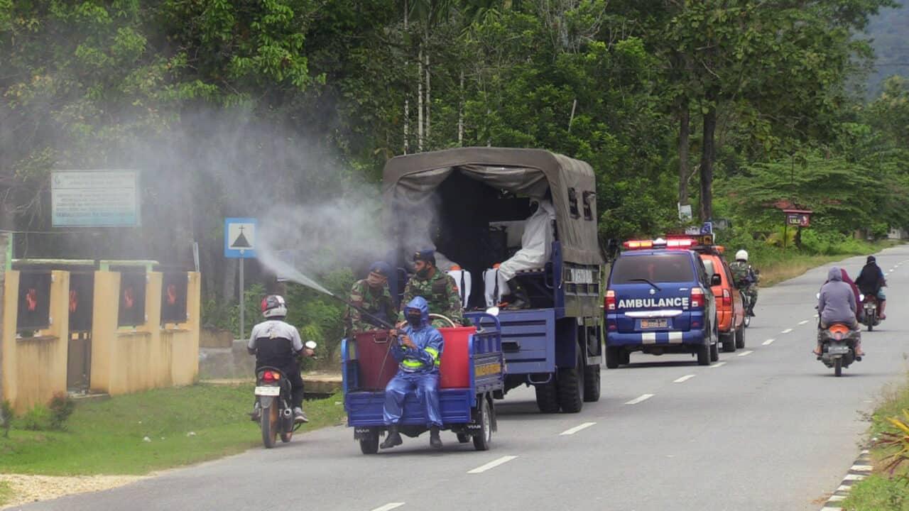 Lanud HLO melakukan penyemprotan jalan dan fasilitas umum