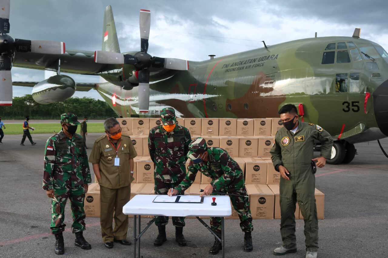 Penyaluran 100 koli APD menggunakan pesawat Hercules