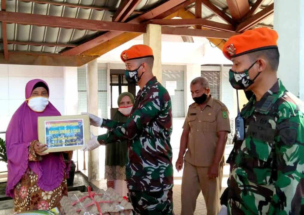 Bakti Pulanggeni Untuk NKRI, Batalyon Komando 462 Paskhas Berbagi Sembako dan Takjil