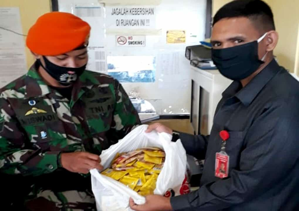 Satgas Pamrahwan Yonko 462 Paskhas Pos Bandara Jayapura Gagalkan Pengiriman Fermipan