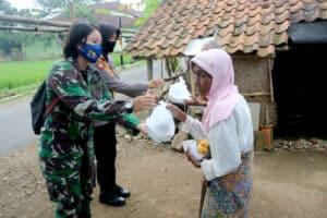 Sinergitas TNI Polri, Wara Lanud Wiriadinata Dan Polwan Polres Tasikmalaya Kota Laksanakan Kegiatan Berbagi Takjil Gratis