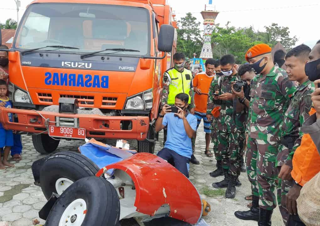 Satgas Pamrahwan Yonko 462 Paskhas Bantu Evakuasi Jatuhnya Pesawat di Danau Sentani