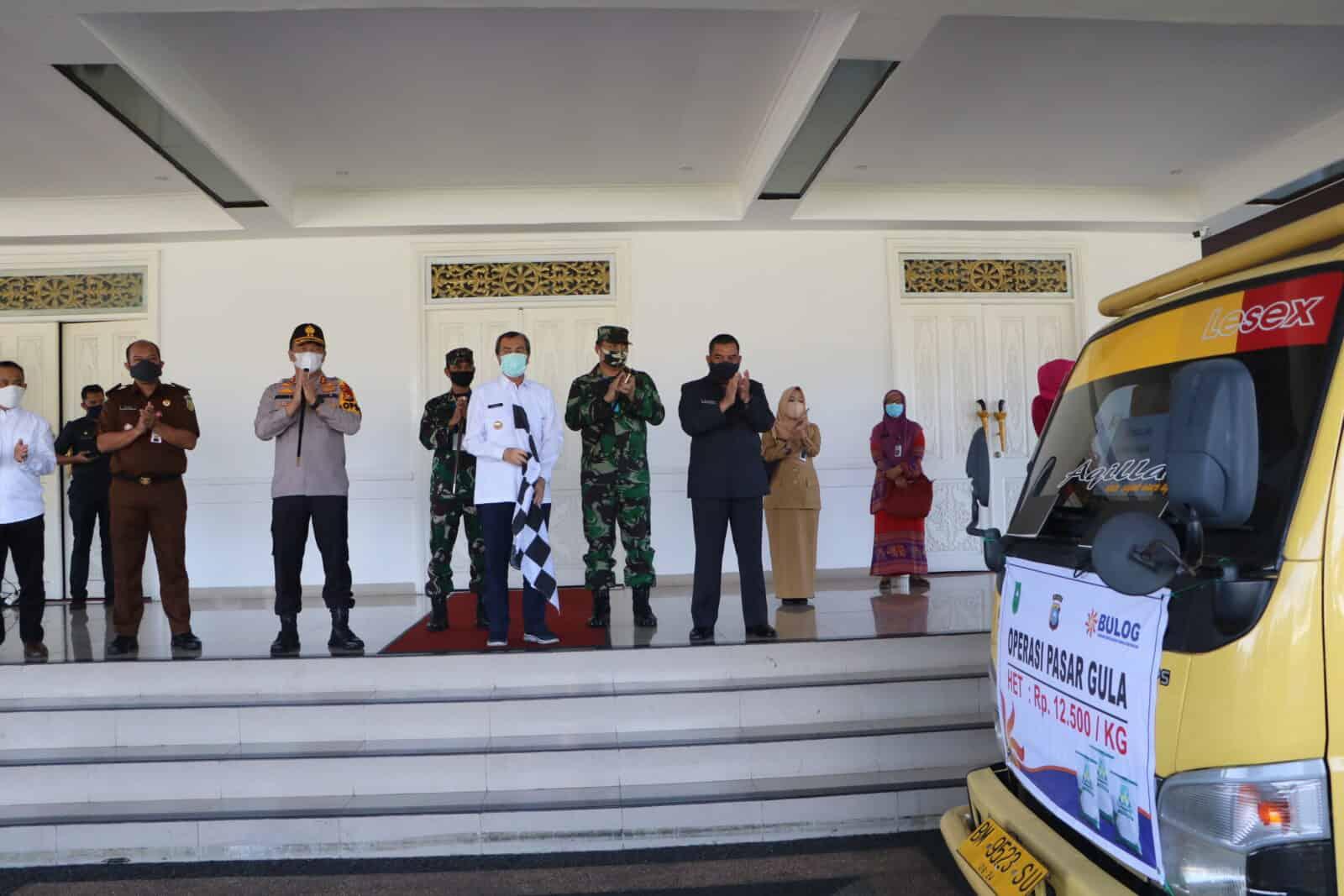 Danlanud Rsn dampingi Gubri Luncurkan Operasi Pasar untuk Jaga Harga Pangan Jelang Lebaran