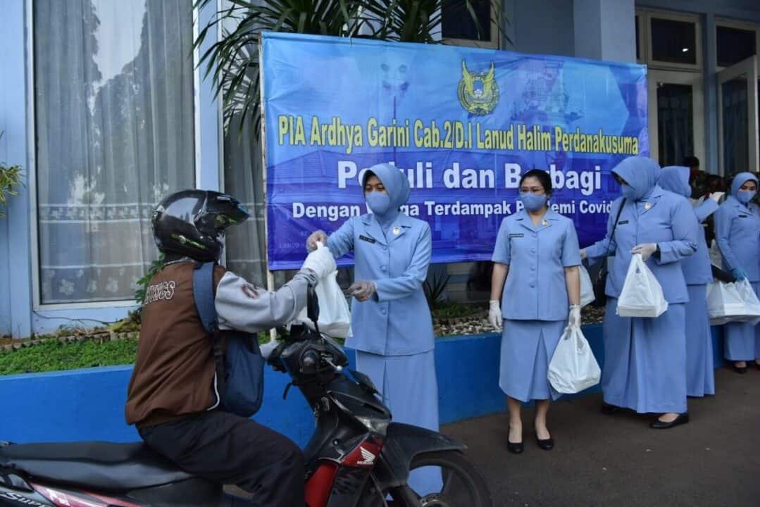 PIA Ardhya Garini Lanud Halim Perdanakusuma Bantu Warga Terdampak Pandemic Covid-19