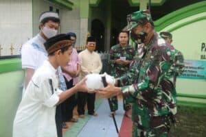 Komandan Lanud Atang Sendjaja Bagikan 100 Nasi Kotak kepada Anak Yatim Piatu dan Dhuafa di Desa Parakanjaya Kec. Kemang Kab. Bogor