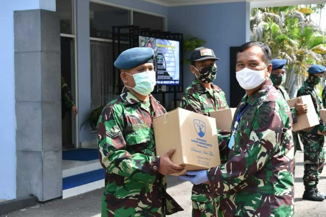 Komandan Lanud Adisutjipto serahkan bingkisan lebaran kepada anggota