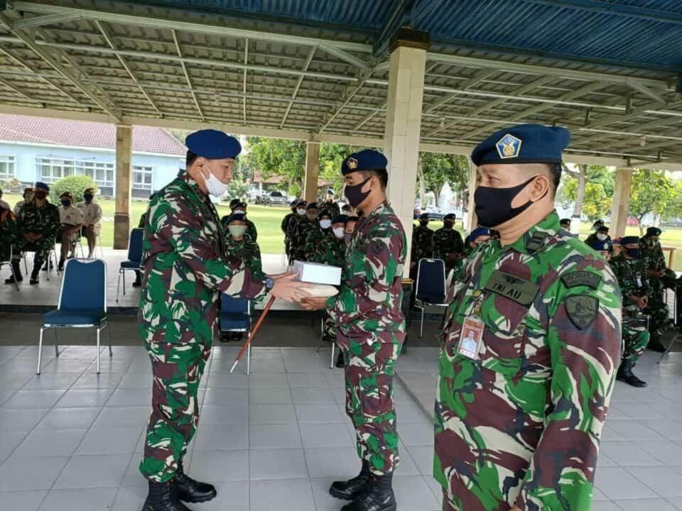 Komandan Lanud Adi Soemarmo Serahkan Zakat Fitrah Secara Simbolis