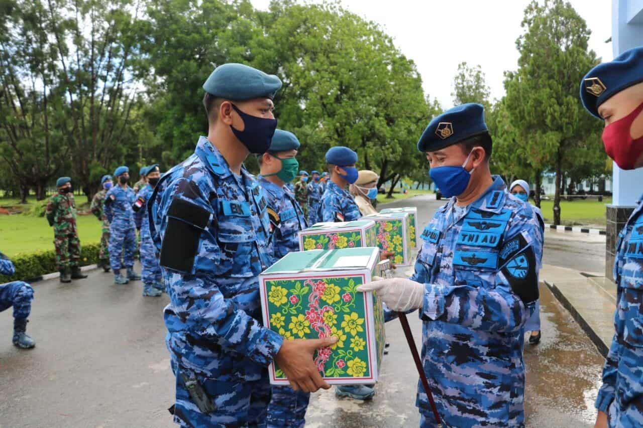 Menyambut Hari Raya Idul Fitri, Danlanud Membagi Parsel