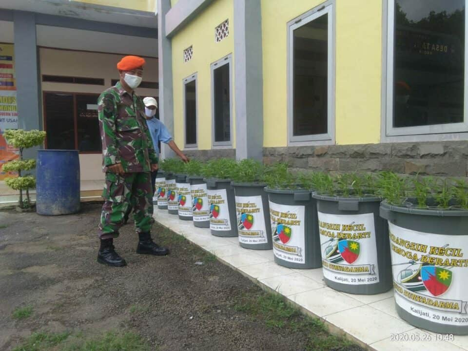 Memanfaatkan Waktu Luang, Babinsa TNI AU Melaksanakan Budikdamber Desa Binaan di Tengah Wabah Covid-19