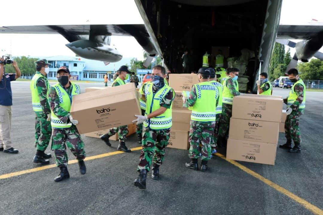 TNI AU Terus Lakukan Bantuan Dengan Distribusikan Bantuan APD Dari Kemenkes RI Dalam Mendukung Percepatan Penanganan Covid-19 di Kalimantan Selatan Pada Tahap Ketujuh