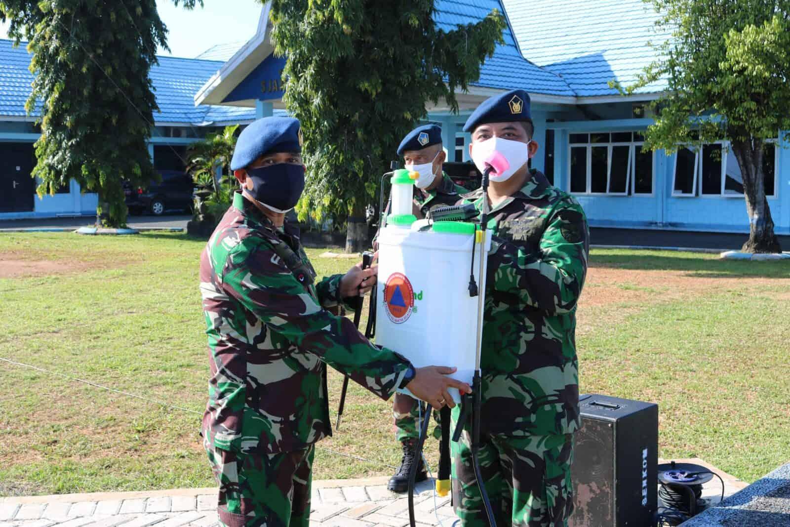 Komandan Lanud Sjamsudin Noor Serahkan Alat Semprot Desinfektan dan Thermometer Infrared di Lanud Sjamsudin Noor