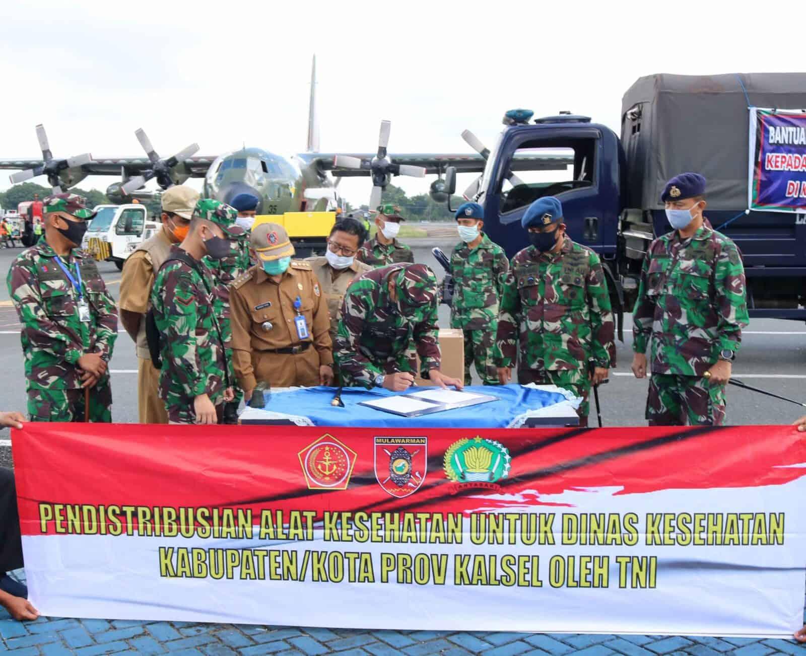 TNI AU Terus Lakukan Bantuan Dengan Distribusikan Bantuan APD Dari Kemenkes RI Dalam Mendukung Percepatan Penanganan Covid-19 di Kalimantan Selatan Pada Tahap Kesepuluh