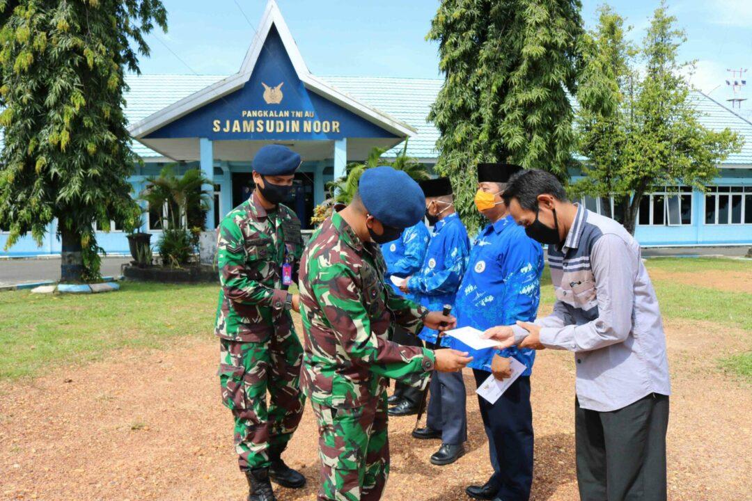 Lanud Sjamsudin Noor Bersama Baznas Kota Banjarbaru Bagikan Tali Asih Kepada Perwakilan PPAU, Warakawuri dan Warga Tidak Mampu di Wilayah Lanud Sjamsudin Noor