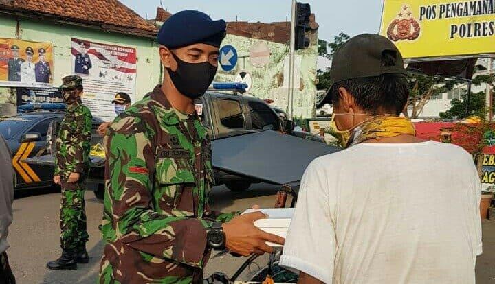 Sinergitas TNI-Polri, Lanud Sugiri Sukani dan Polsek Jatiwangi Majalengka Melaksanakan Kegiatan Berbagi Takjil dan Sembako Gratis