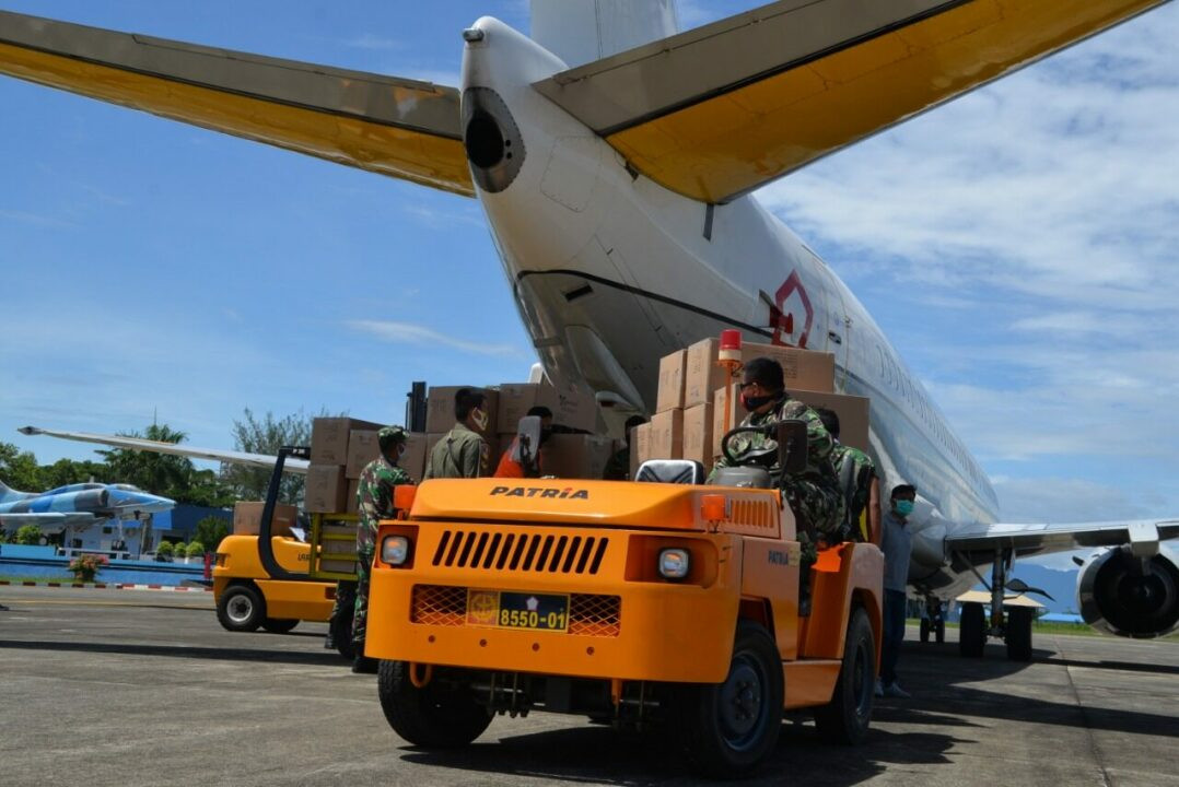 Lawan Covid-19, Pesawat TNI/TNI AU Distribusikan Ratusan Koli Almatkes