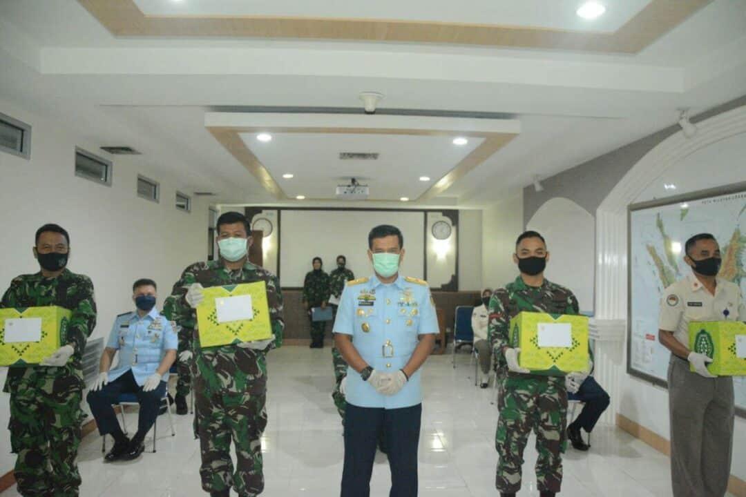 Pemberian Bingkisan Lebaran dan THR oleh Kadisopslatau Marsma TNI Kusworo, S.E., M.M.