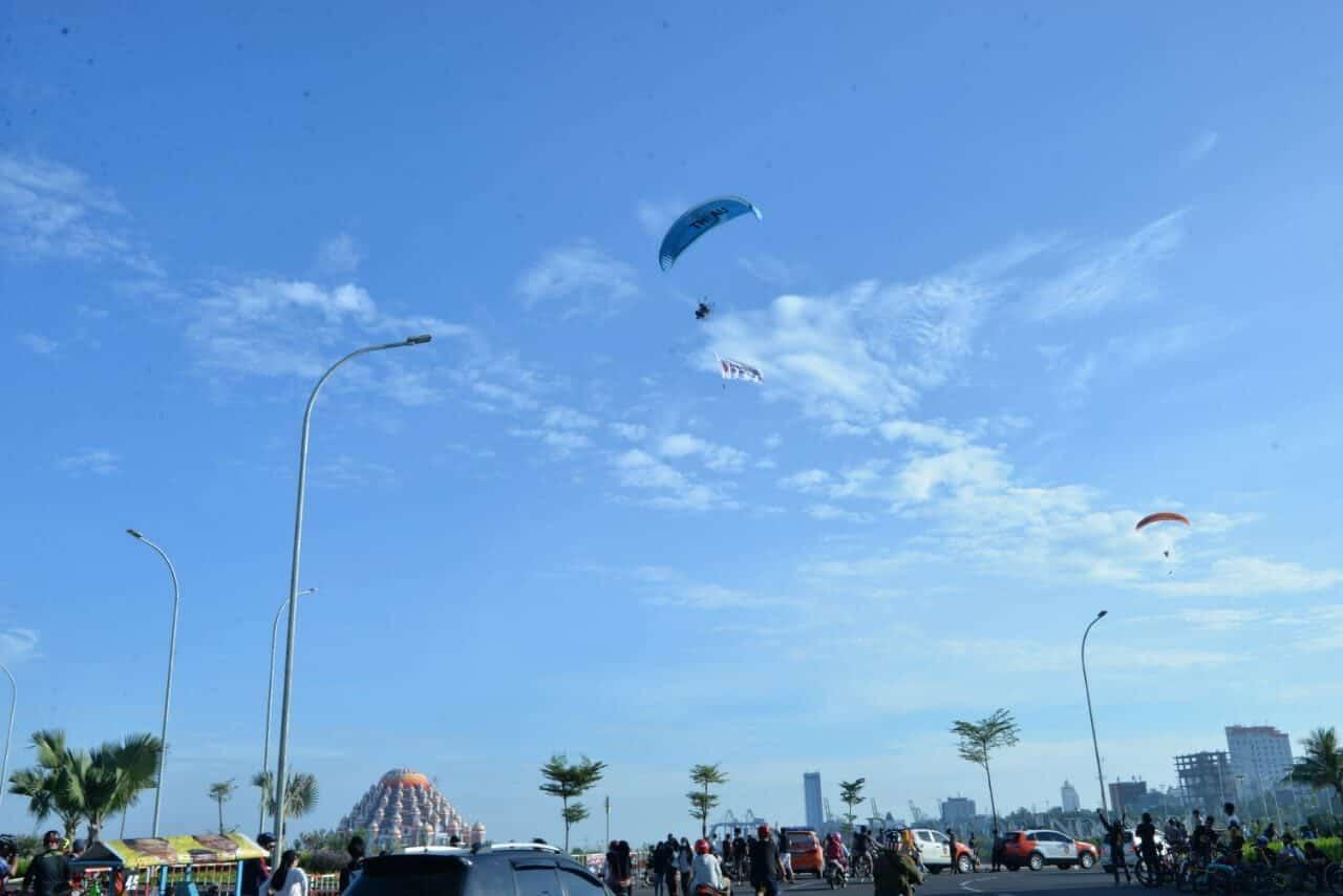 "Atlet Paramotor FASI Provinsi Sulsel Sosialisasi ""Social Distancing"" di Langit Angin Mammiri Kota Makassar"