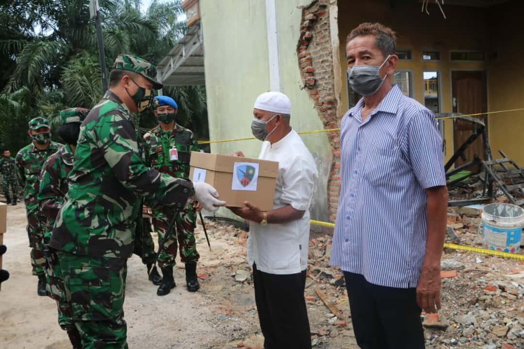 Danlanud Rsn Serahkan Bantuan dan Piagam Kepada 6 Personil dan 2 Warga