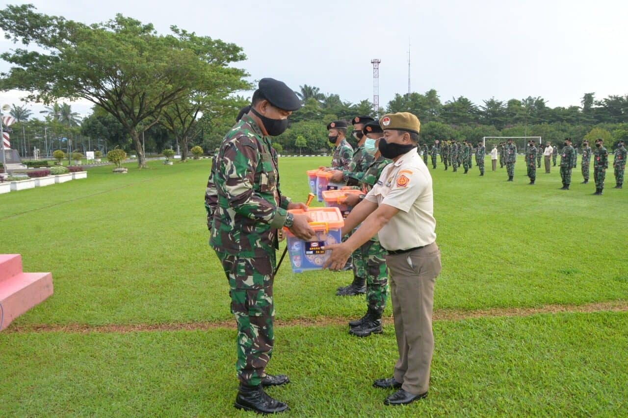 Panglima Kosekhanudnas III Serahkan Bingkisan Lebaran Kepada Personel TNI dan PNS
