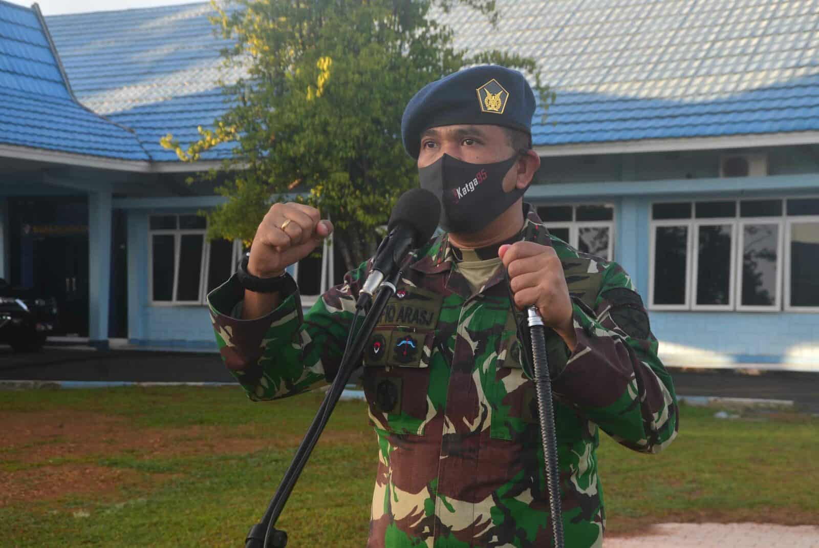 Mendukung Ketahanan Pangan Dalam Menghadapi Covid-19 Komandan Lanud Sjamsudin Noor menyerahkan Media Tanam Kepada Warga Lanud Sjamsudin Noor