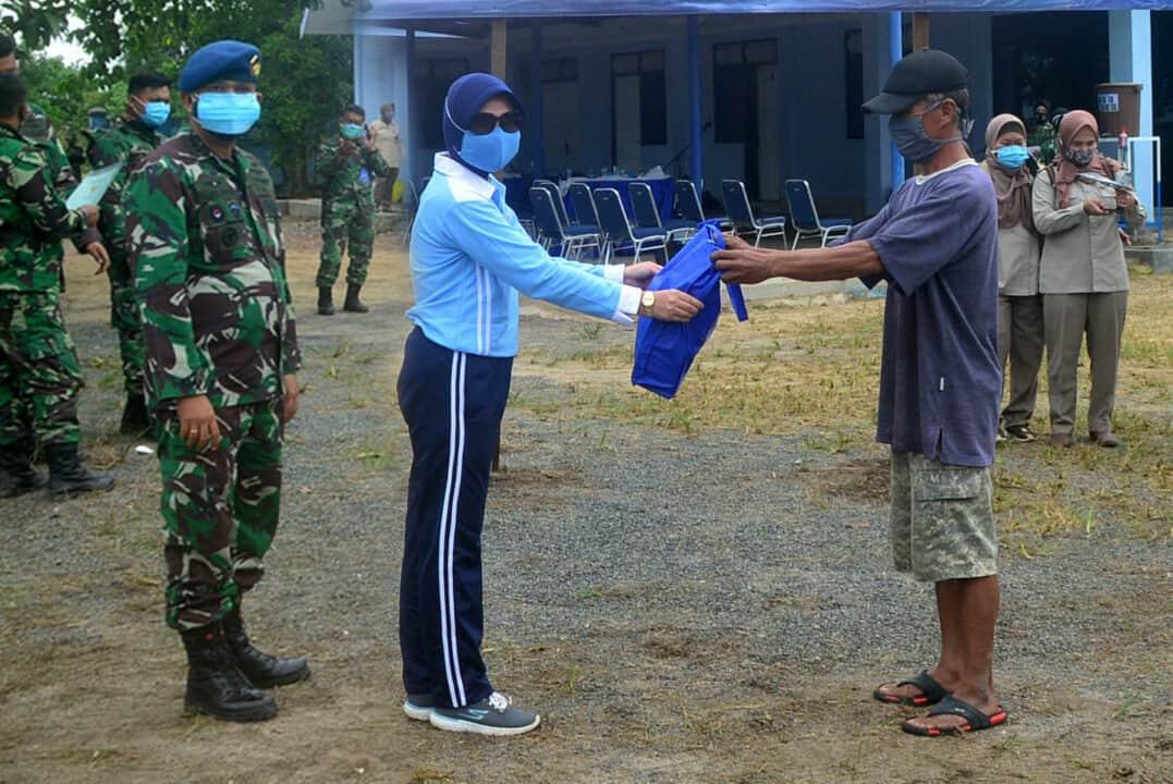 Peduli Sesama, PIA AG Cab.11/D.II Lanud Sjamsudin Noor Berikan Paket Sembako Kepada Warga Terdampak Covid-19 Di Desa Maluka Baulin