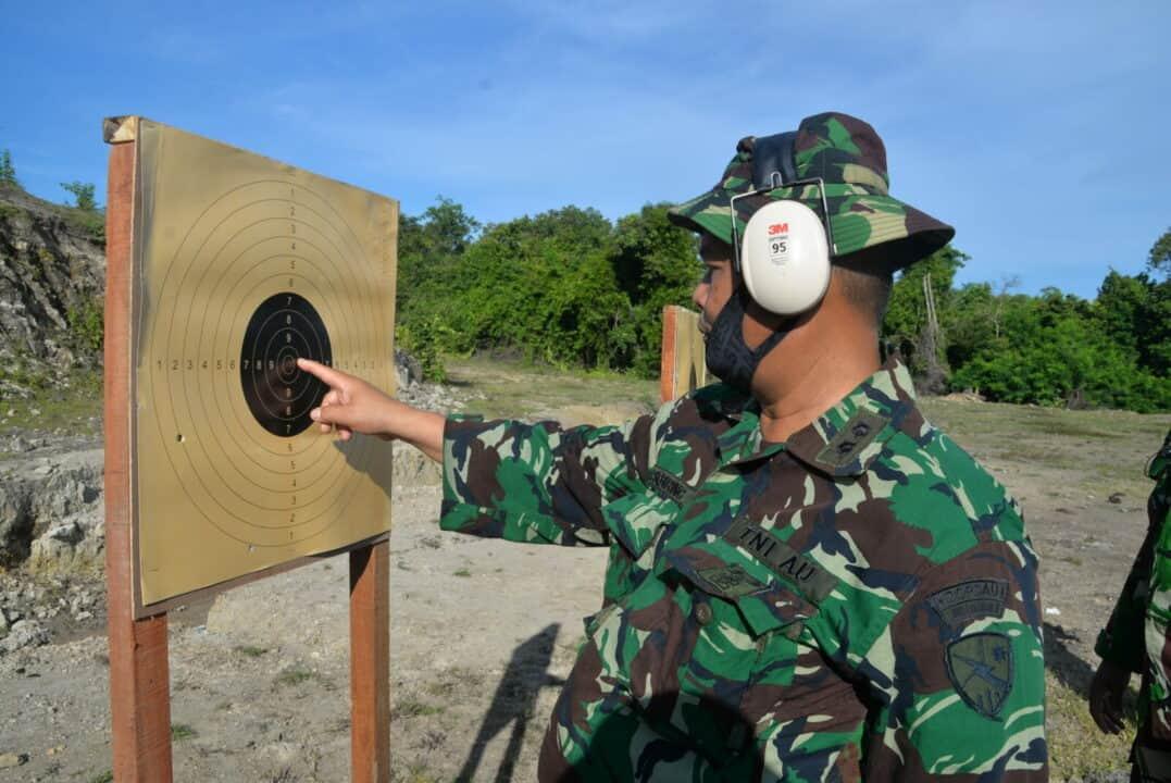 Prajurit Lanud SIM Melaksanakan Latihan Menembak