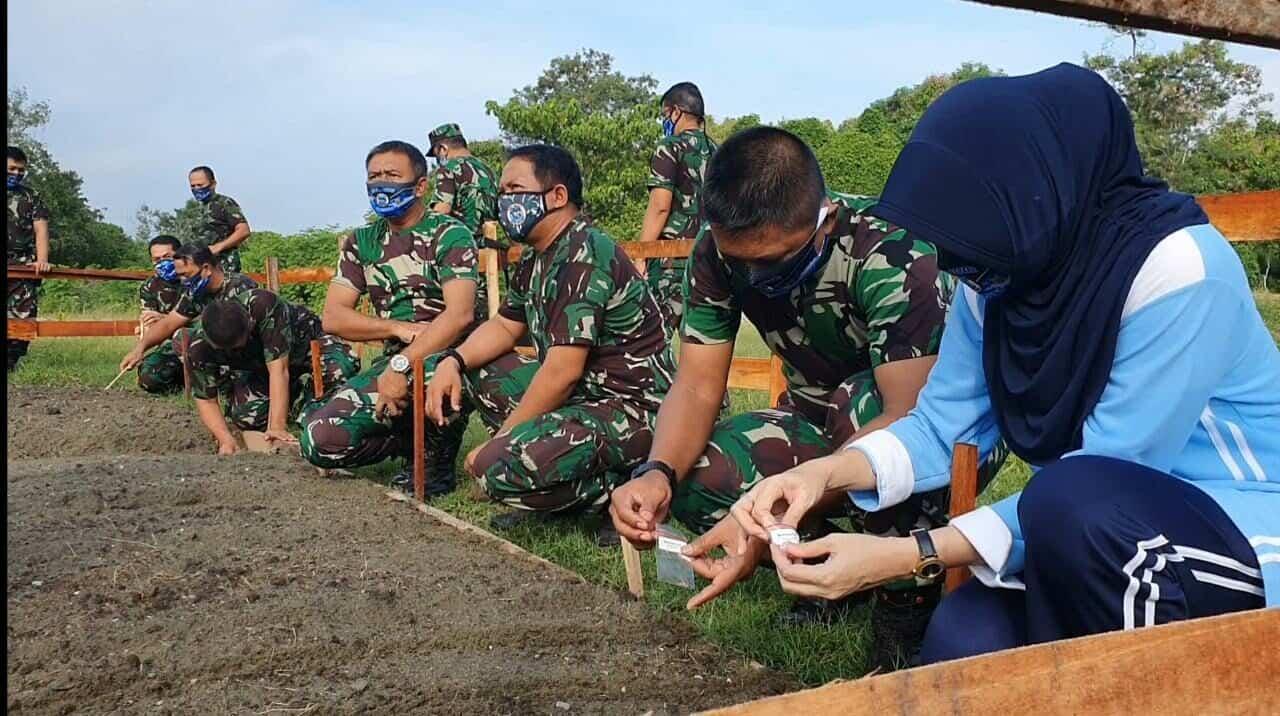 Lanjutkan Program Ketahanan Pangan, Danlanud SPR Pimpin Penanaman Sayuran