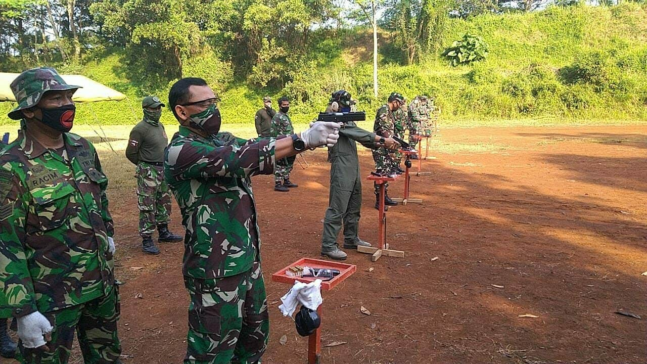 Danlanud Atang Sendjaja Beserta Para Perwira Latihan Menembak