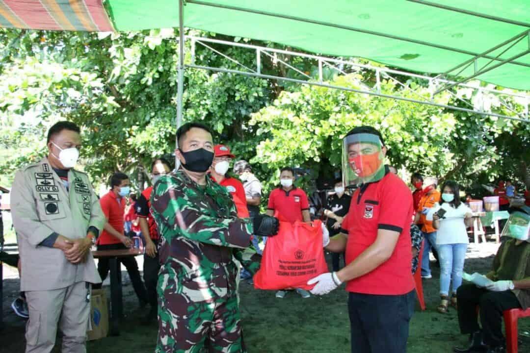 Dampingi Gubernur Sulut Danlanud dan Forkopimda Bagi-bagi Sembako
