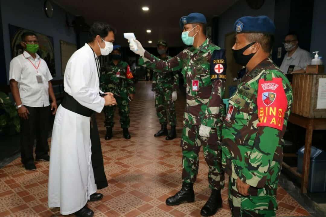 Satuan Tugas Covid 19 Lanud Dhomber Melaksanakan Pengamanan Gereja Yang Mulai Dibuka Kembali untuk Ibadah