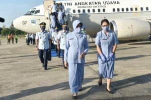 Danlanud Adisutjipto beserta Ibu Imel Bob Henry Panggabean sambut kedatangan Kasau dan Ketum PIA Ardhya Garini ke Yogyakarta