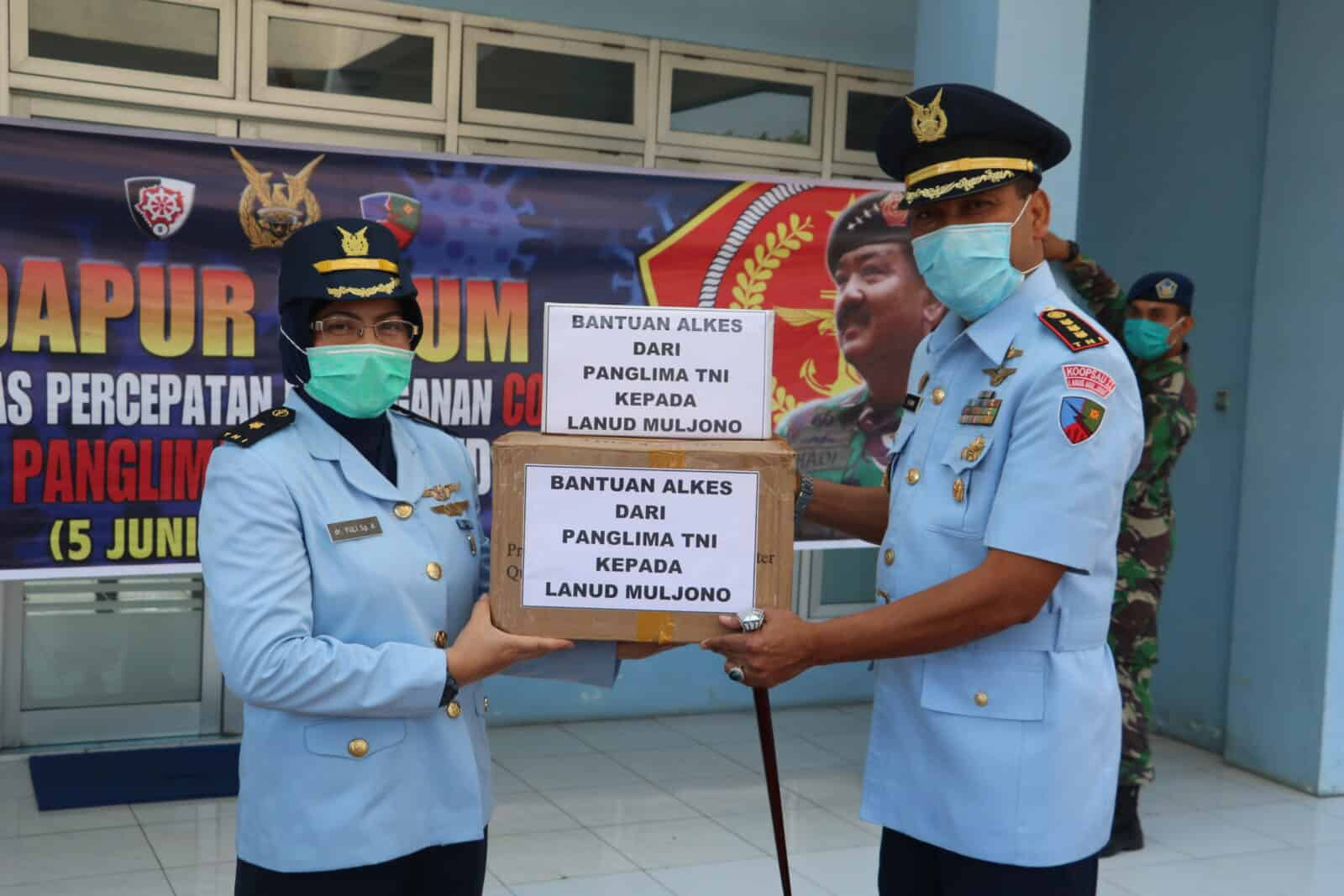 Danlanud Muljono Kolonel Pnb M. Somin, S.Sos serahkan APD ke RSAU Soemitro