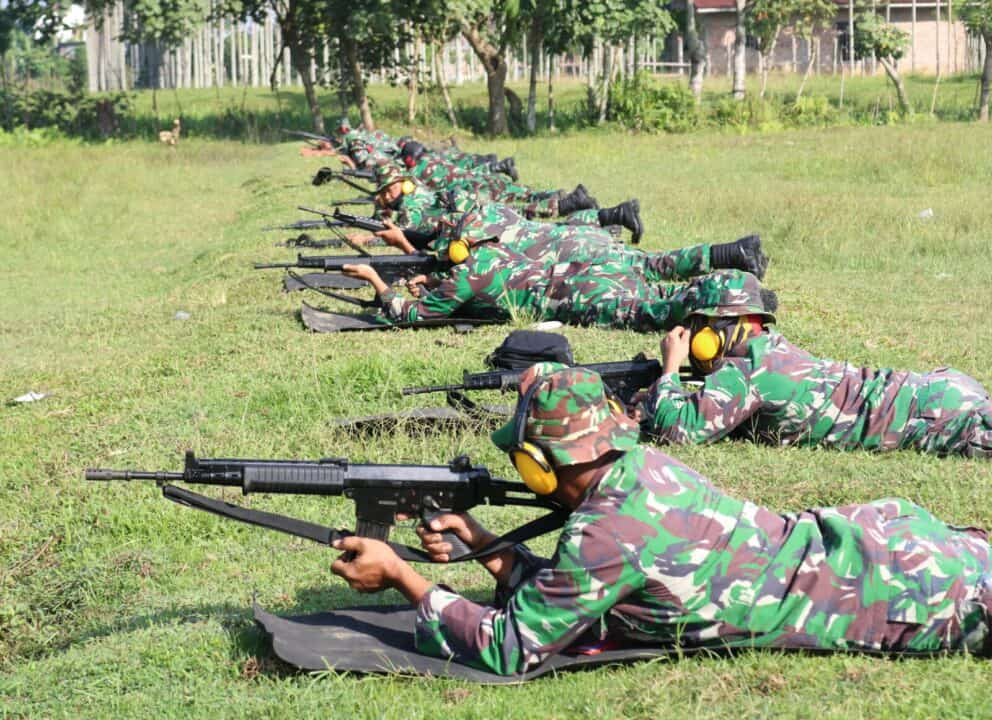 Personel Kosekhanudnas III Latihan Menembak Pistol dan Laras Panjang