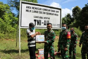 Lanud SIM Berbagi Kasih Bagikan Sembako Kepada Masyarakat di AWR Saree