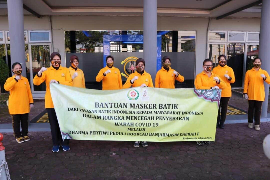 PIA Ardhya Garini Cab.11/D.II Lanud Sjamsudin Noor Bagikan Masker Cegah Penyebaran Covid-19 Kepada Masyarakat Kota Banjarmasin dan Banjarbaru