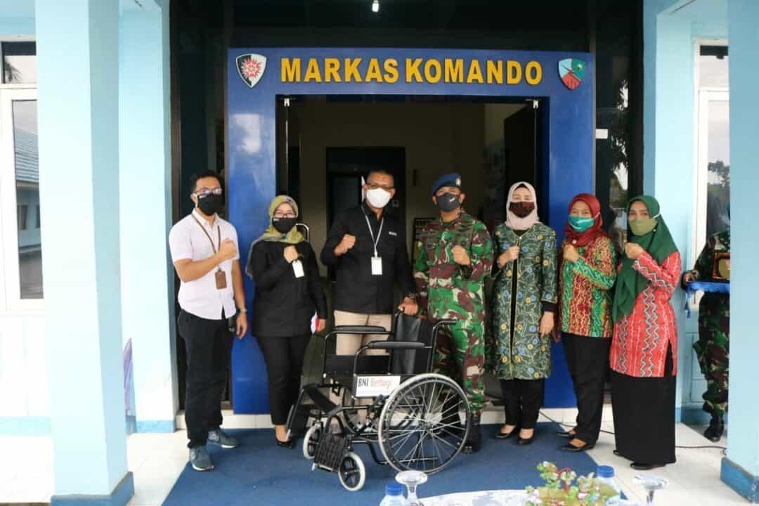 Peduli Anak Disabilitas Tidak Mampu Lanud Sjamsudin Noor Menerima Bantuan 20 Unit Kursi Roda Dari Program BNI Peduli
