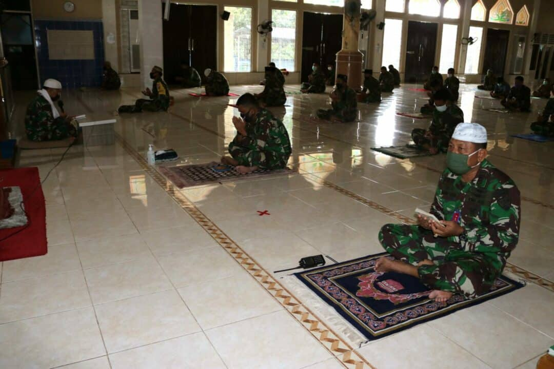 Dengan Tetap Memperhatikan Protokol Kesehatan Covid-19 Personel Lanud Sjamsudin Noor Melaksanakan Doa Bersama