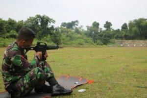 Mengasah Kemampuan Naluri Tempur, Lanud Roesmin Nurjadin Latihan Menembak