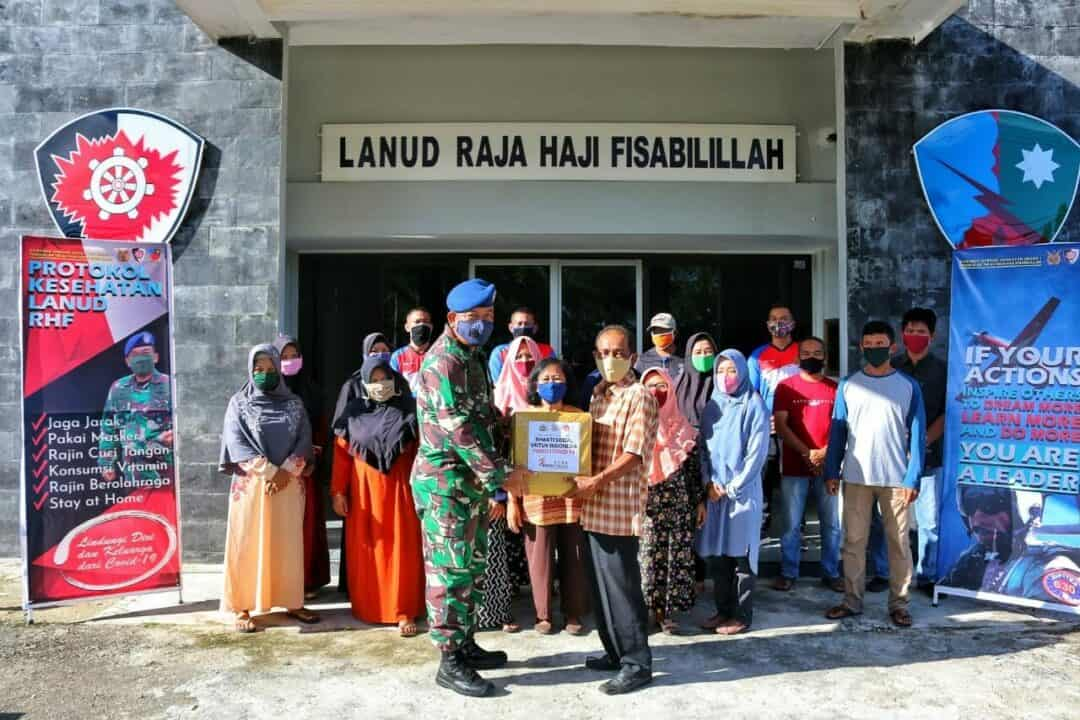 Danlanud RHF Distribusikan Ratusan Sembako Bantuan Sosial dari Alumni Akabri 1996 Bharatasena