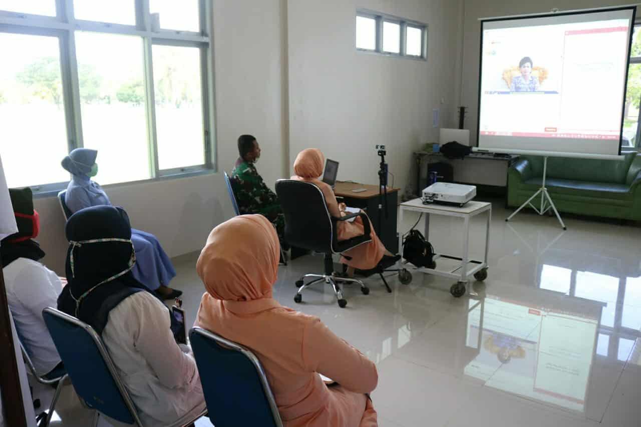 Yasarini Cabang Lanud Haluoleo menyaksikan Live acara Wibinar SMA Pradita Dirgantara