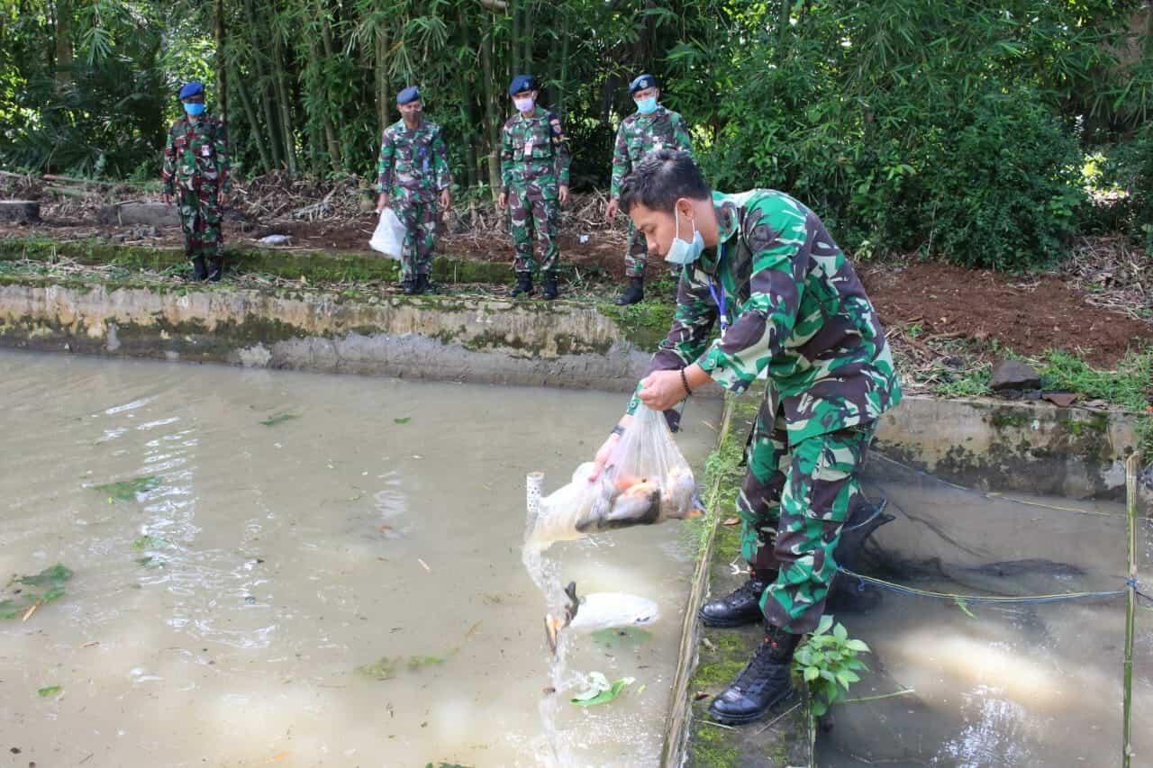 Komandan Lanud J B Soedirman Kembali Lepas Ribuan Bibit Ikan Bawal Dan Ikan Nila