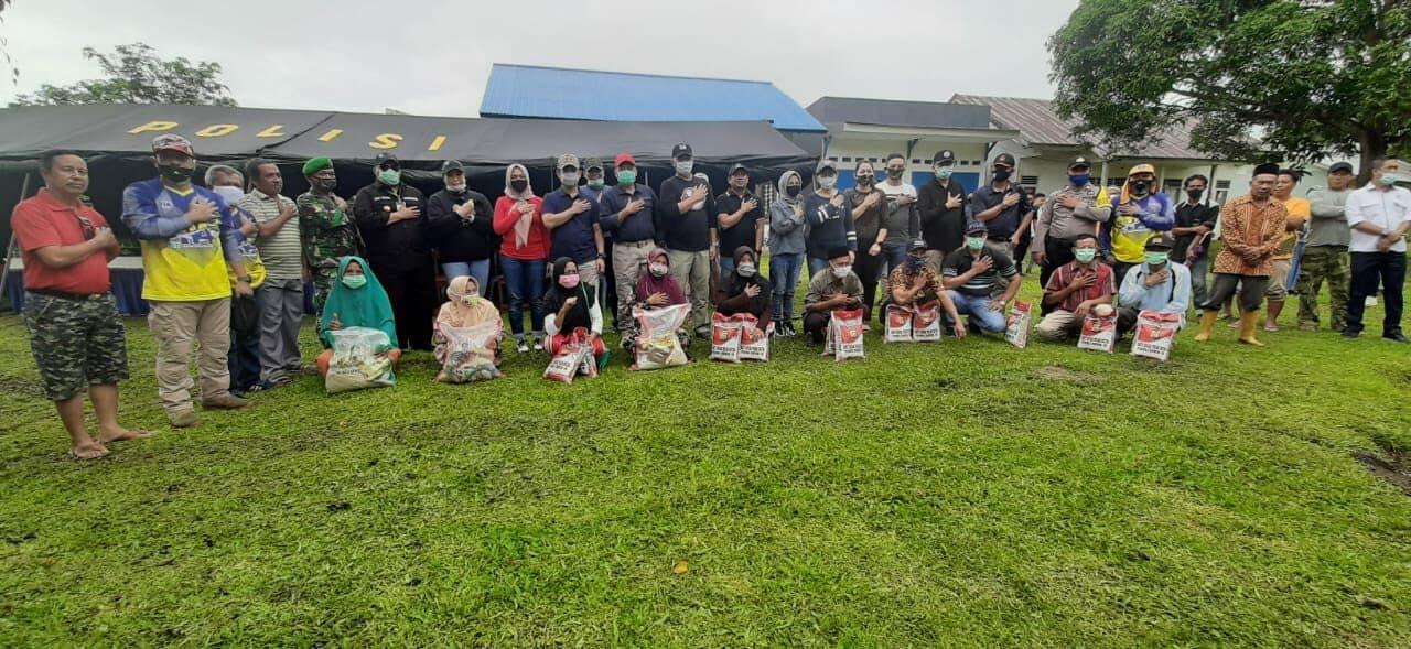 Danlanud HLO dampingi Gubernur Sultra Salurkan Bansos di desa Pedalaman