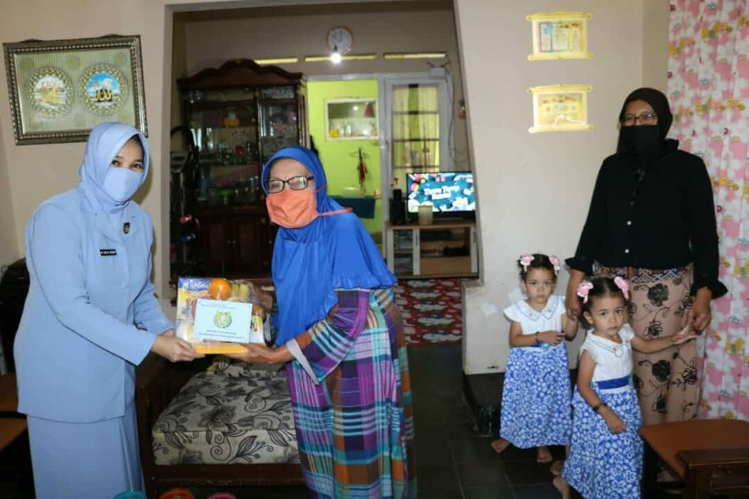 PIA Ardhya Garini Serahkan Bantuan Paket Kepada Perempuan dan Anak