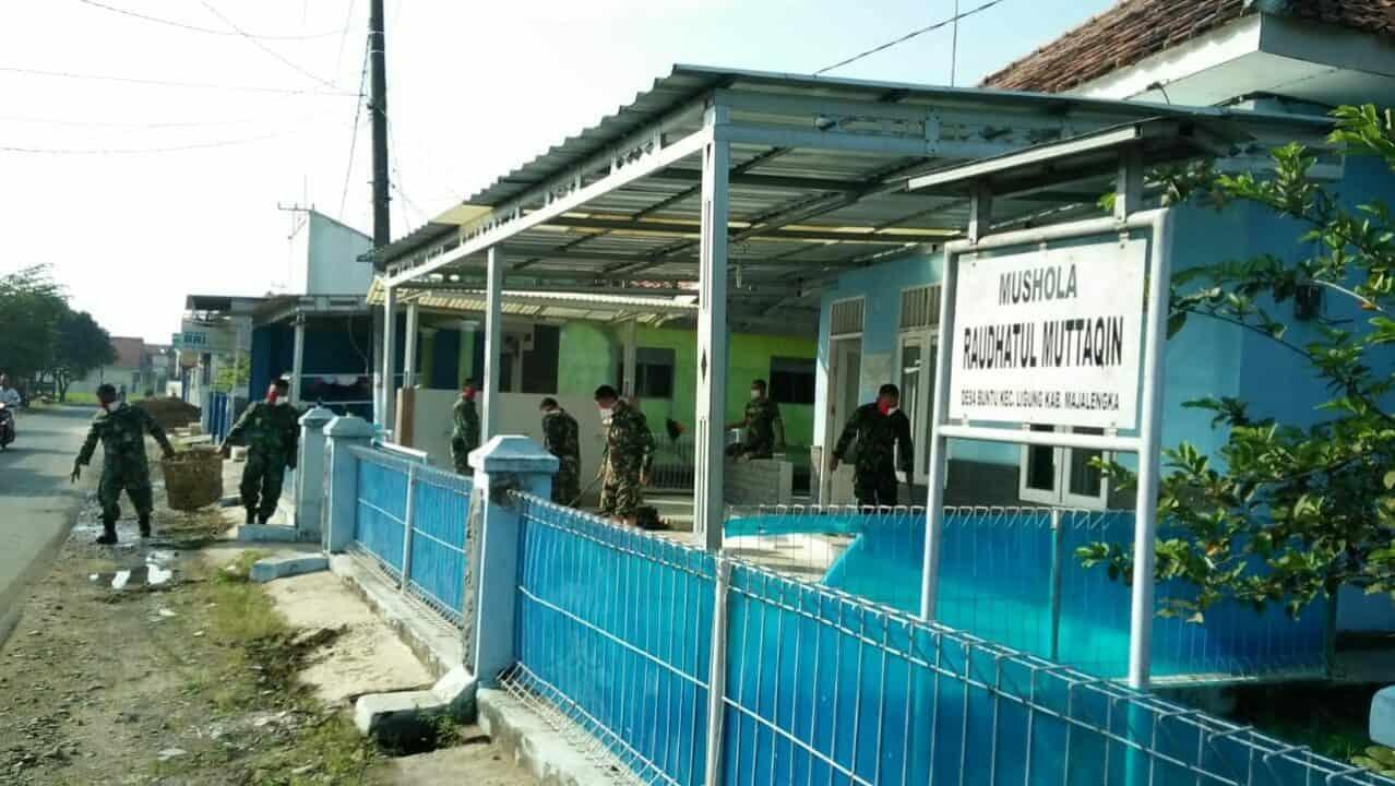 Dalam Rangka HUT Koopsau I, Pangkalan TNI AU Sugiri Sukani Melaksanakan Bakti Sosial Membersihkan Mushola